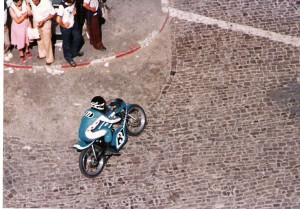 Foto del año en que nací: el vencedor de 125GP en aquella edición sobre los adoquines de la pista