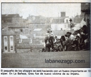 """Con una máquina cedida por Ricardo Tormo, """"Aspar"""" ganó en La Bañeza en 1981. Esta fotografía realizada por el ilustre periodista Javier Herrero capta un instante en que la moto se prepara para saltar en una de las vueltas de la carrera de 125 Super."""