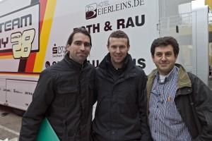 A la izquierda de Bernat, el realizador Jesus A. Calvo, y a su derecha el director del documental, Oscar Falagan.